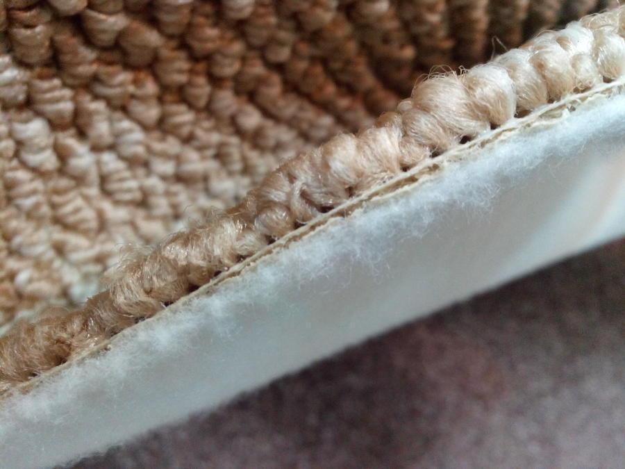 Ковролин на клеевой основе. Не любит большой влажности при химчистке, стелить лучше в мало посещяемых комнатах.