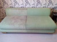 Чистим диван - фото почищенного дивана наполовину.